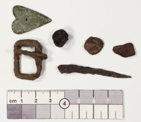 Eisenfragemnte: Nagel, Schnalle; Bronze-