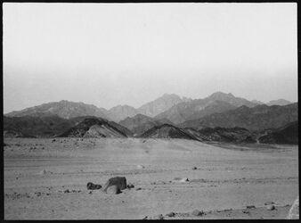 GDIs00955; Fotografie; gebel [dschebel, djebel] umm [?] somar [schomar] von der Wüste el-ka'a [Gebel-umm-somar, el kaa], aus Nachlass von rund 880 Fotografien von Valentin Schwöbel