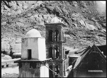 GDIs00972; Fotografie; Sinaiklosterkirche [Gebel musa, Katharinenkloster] u. minaret v O., aus Nachlass von rund 880 Fotografien von Valentin Schwöbel