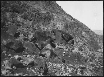 GDIs00993; Fotografie; Zerfallener Felsblock im nakb el-hawi, aus Nachlass von rund 880 Fotografien von Valentin Schwöbel