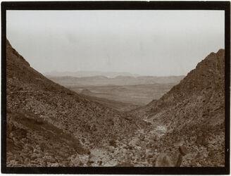 Fotografie Blick von d. Höhe des Passes nakb el-hawi nach NW (w. [wadi] rarbi [?])
