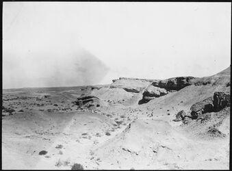 GDIs01032; Fotografie; Felsrand u. Schuttkegel in d. Wüste b. Kairo, aus Nachlass von rund 880 Fotografien von Valentin Schwöbel