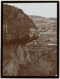 Fotografie Überhangender Fels u. Terrassen zw. Bahnhof u. bettir [Wadi Bettiir]