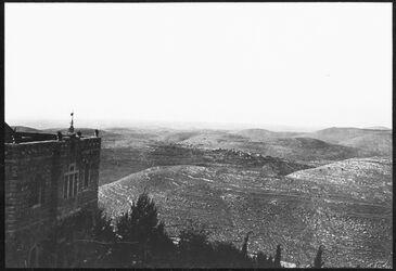 GDIs00393; Fotografie; Blick von el-ikbebe n. N (bet dukku, bet 'ur el-foka, sech abu-z-zetin, aus Nachlass von rund 880 Fotografien von Valentin Schwöbel