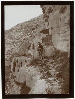 Fotografie [Im Eingang zur Höhle [Adulam?] im wadi chritun [Wadi charetun], vgl. GDIs00461]