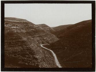 GDIs00470; Fotografie; w. [wadi] gihar n. O. v. d Höhe [Wadi el jihar], aus Nachlass von rund 880 Fotografien von Valentin Schwöbel