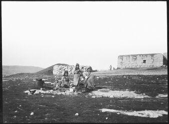 GDIs00636; Fotografie; er-rumman Turkmanenfrauen bereiten Grütze, aus Nachlass von rund 880 Fotografien von Valentin Schwöbel