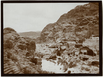 Fotografie Blick v. Theater n. d. Ostwand v. w. [wadi] musa [Petra]