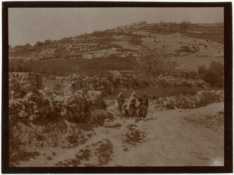 Fotografie w. ennar [Wadi en-Nar] unterhalb bet sahur el-atika Beduinenfrauen trinken mit Leber [?]