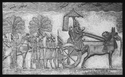 Glasplattendia Sanherib auf dem Streitwagen St. Assyrien, Relief, König Sanherib a. s. Streitwagen a. d. Spitze s. Armeen. Brit. Mus. [gedruckt] Verlag Dr. Farnz Stoedtner. Berlin NW7, Wissenschaftliche Projekti