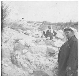Glasplattendia [Grab auf Tell el-muteselim [Megiddo]. Zickermann, Eberhard. [hier spiegelverkehrt zu Albumfoto]]