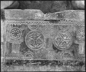 Glasplattendia Ossuar als Wasserbehälter bei Ecc Homo [Ecce Homo, meint Ecce Homo-Bogen in Jerusalem?]