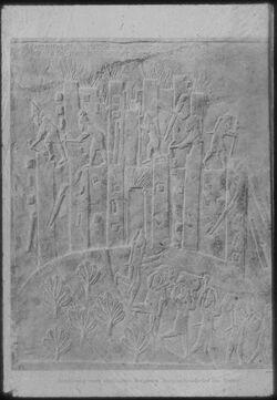 Glasplattendia London, Brit. Mus., Relief aus Ninive: Zerstörung einer elamitischen Bergfeste
