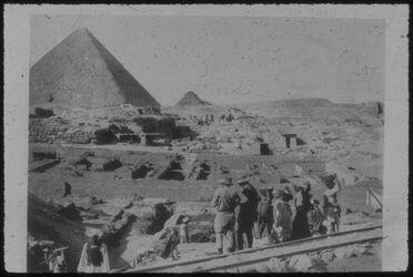 Glasplattendia Ausgrabungen in d. Pyramidenstadt v. Gise [Gizeh]. Links Chephrenpyramide.