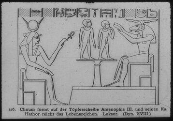 Glasplattendia Luksor [Luxor], chnum formt Amenophis III. und seinen Ka. Hathor reicht das Lebenszeichen. XVIII. Dyn.