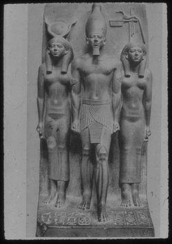 Glasplattendia Kairpo, Nat. Mus., König Mykerinos mit 2 Göttinnen
