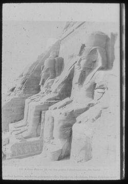 Glasplattendia Abu Simbel, Kolosse Ramses III. vor dem Felsentempel