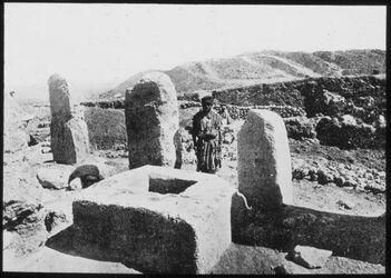 Glasplattendia Heiligtum von Gezer [wohl: Tell gezer]