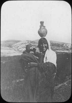 Glasplattendia [Frau mit Kind und Krug, Palästina]
