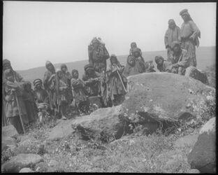 Glasplattendia Beduinen an 1 Dolmen nördl. v. Bethsaida [Et-tell]