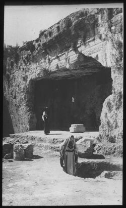 B XII 6; Glasplattendia; Eingang eines jüdischen Felsengrabes bei Jerusalem