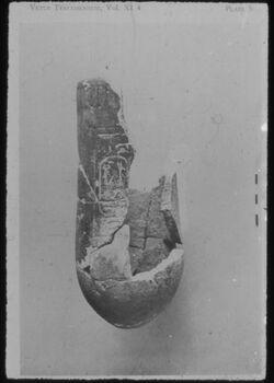Glasplattendia Fayence-Vase mit Kartusche aus Tempel