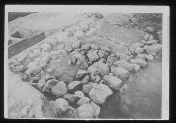 Glasplattendia Tell der-alla, Steinfundament in SpBr-Verteidungsanlage, Steine von Feuer z.T. geborsten