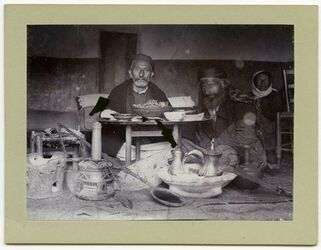 Fotografie Schech Faris Subhijje u. s. Vetter beim Essen, Balat