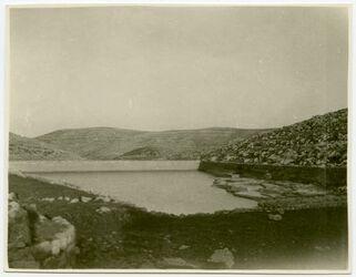 Fotografie mittl. Sal.-Teich [Salomonsteiche, wohl, bei Bethlehem], oben W., dahinter Hügel von Etham