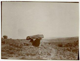 Fotografie Dolmen am Aufstieg zu Tell el mutabh [?] [mit Maßangaben] Rings herum Steinkreis