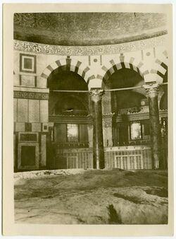 Fotografie Inneres des Felsendomes mit heiligem Fels. [Jerusalem]