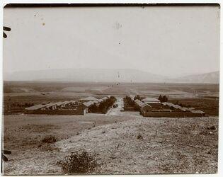 Fotografie jüdische Kolonie el-welhawije am Jordan, hinter der Kolonie die Linien des Jordantales, im Hintergrund das Hochland [...] des Jarmuk