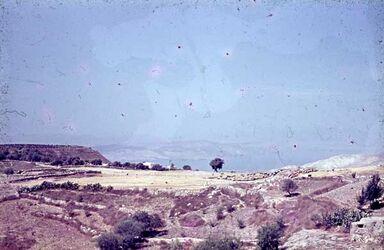 GDId00858; Dia; N. W. Umm Kes [Gadara] Bl. auf See Genezareth, gelb-schwarzer Plastik-Diarahmen, Bestand von hölzernen Diakisten mit insgesamt rund 1.000 Kleinbilddias einer Palästina-Exkursion vermutlich der Universität Greifswald wohl in den 1960er Jahren