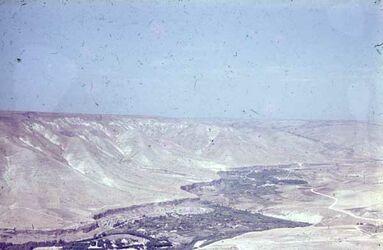 GDId00862; Dia; N. W. Umm Kes[Gadara] Blick auf See Genezareth, gelb-schwarzer Plastik-Diarahmen, Bestand von hölzernen Diakisten mit insgesamt rund 1.000 Kleinbilddias einer Palästina-Exkursion vermutlich der Universität Greifswald wohl in den 1960er Jahren