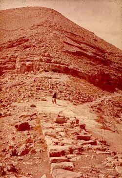 GDId00871; Dia; Machaerus Aufweg, gelb-schwarzer Plastik-Diarahmen, Bestand von hölzernen Diakisten mit insgesamt rund 1.000 Kleinbilddias einer Palästina-Exkursion vermutlich der Universität Greifswald wohl in den 1960er Jahren