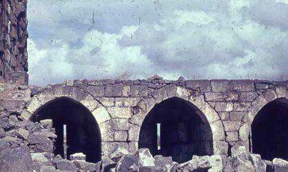 GDId01161; Dia; Bosra Burg 1. Hlft. 13. Jhdt., gelb-schwarzer Plastik-Diarahmen, Bestand von hölzernen Diakisten mit insgesamt rund 1.000 Kleinbilddias einer Palästina-Exkursion