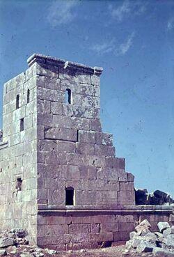 GDId01368; Dia; Deir Samaane Kirchturm, gelb-schwarzer Plastik-Diarahmen, Bestand von hölzernen Diakisten mit insgesamt rund 1.000 Kleinbilddias einer Palästina-Exkursion
