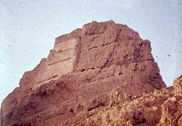 Dia [Masada, es-sebbe] N.-Seite, Stützmauer […] unt. Terrasse