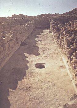 GDId01655; Dia; [Masada, es-sebbe] Vorratsraum ? Weinund Flüss., gelb-schwarzer Plastik-Diarahmen, Bestand von hölzernen Diakisten mit insgesamt rund 1.000 Kleinbilddias