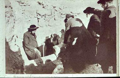 Dia [Masada, es-sebbe] Untersuchung des mikwe d. Rabb.