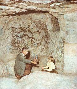 Dia [aus dem Buch: Sven Gillsäter u. a., Helgas Reise ins Heilige Land, 1965] Höhlen v. Naz. [Nazareth]