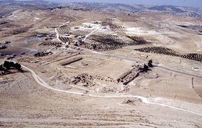 Dia Blick vom Herodeion auf die Bauten am Fuße des Berges [Herodium, Israel-Exkursion]