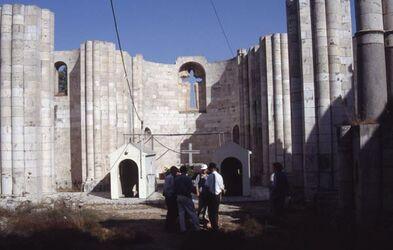 Dia unvollendete Kirche beim Jakobsbrunnen, Eingang durch die Häuschen [Garizim, Israel-Exkursion]