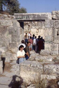 Dia Samaria, Eingang zur Ruine einer Kreuzfahrerkirche (Johannestradition) [Sebastie, Israel-Exkursion]