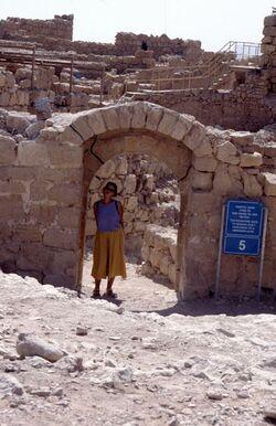 Dia Babette im Tor zur Zitadelle auf Massada [es-sebbe, Israel-Exkursion]