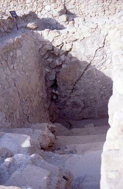 Dia Qumran, Rißstellen in der Treppe, vom Erdbeben von 31 v. C. [Israel-Exkursion]