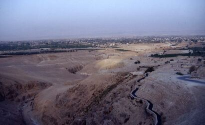 Dia Blick in das Wadi el-Kelt mit Wasserleitung [Wadi Kelt, Israel-Exkursion]