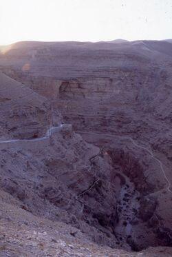 Dia Blick in das Wadi el-Kelt von der Höhenstraße nach Jericho [Wadi Kelt, Israel-Exkursion]
