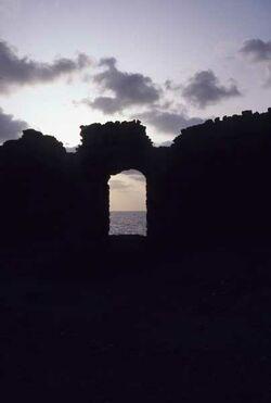 Dia abendlicher Blick durch die Hafenmauer aufs Meer [Akko, Israel-Exkursion]