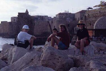 Dia Kathrin, Bassi und Doro am Hafen Akko [Israel-Exkursion]